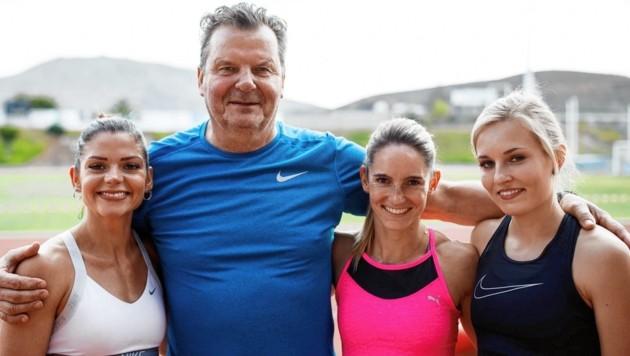 Steffi Bendrat mit Trainer Slawomir Filipowski und den Hürden-Kolleginnen Pamela Dutkiewicz (li.) und Monika Zapalska (re.) (Bild: Jens Arbogast)