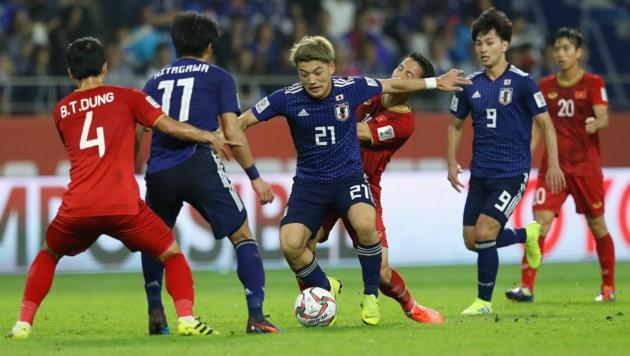 Kampf um jeden Ball bei Japan gegen Vietnam (Bild: Associated Press)