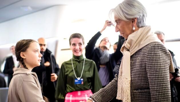Greta Thunberg schüttelt die Hand von IWF-Chefin Christine Lagarde, die den Enthusiasmus und den Einsatz der 16-Jährigen schätzt. (Bild: AP)