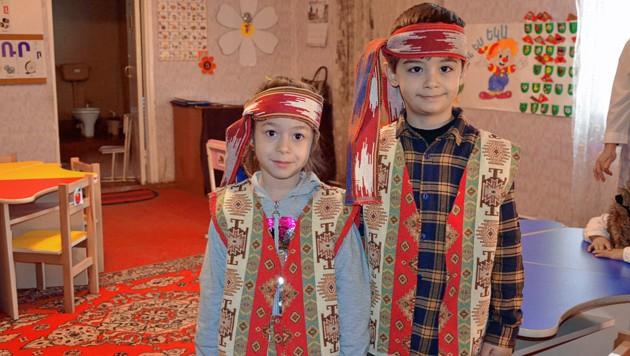 Kinder in traditioneller Tracht im Kindergarten Rainbow (Bild: Martina Münzer)