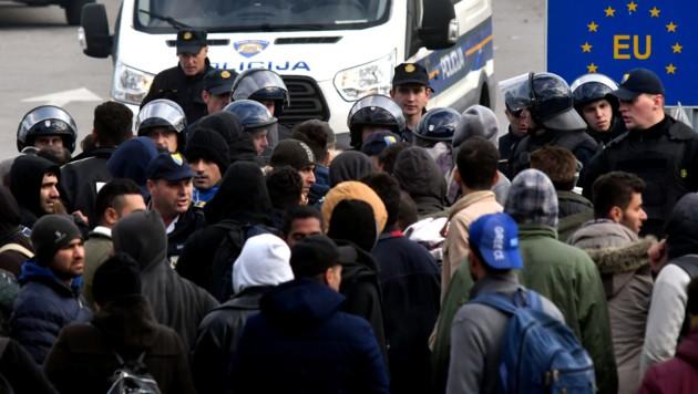 An Kroatiens EU-Schengen-Außengrenzen zu Serbien und Bosnien spielen sich immer wieder emotionale Szenen ab. (Bild: AFP)