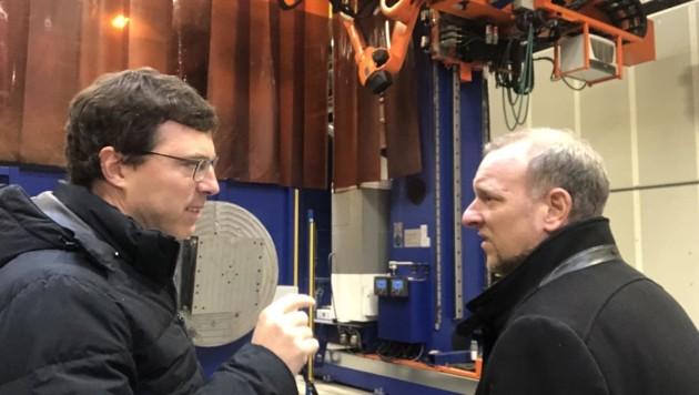 """Leitner-Gruppen-Chef Anton Seeber (li.) im Gespräch mit Markus Gassler von der """"Krone"""". (Bild: Gassler Markus/Kronenzeitung)"""