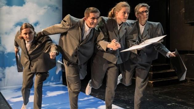 Gundula Biemann, Leo Rögner, Magdalena, Hanetseder und Ute Stampfer-Jungreithmaier (v. li.) sind vier der neun Laiendarsteller, die bei der Premiere der Bürger*innenbühne mit dabei sind. (Bild: Lupi Spuma)