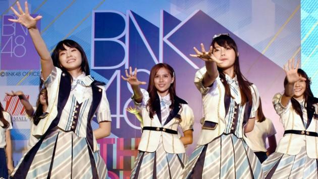 Die Popgruppe BNK48 während eines Auftritts in Bangkok im Juni 2017 (Bild: AP)