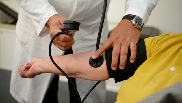 Blutdruck-Kontrolle beim Hausarzt (Bild: APA/dpa/Bernd Weissbrod)