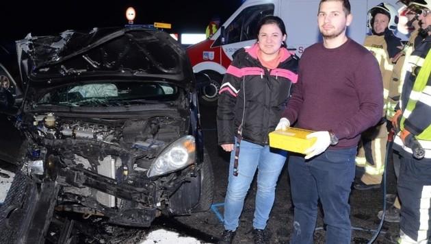Melanie Schebesta und Daniel Nowak leisten nach dem Unfall auf der B16 beherzt Erste Hilfe. (Bild: Monatsrevue/Lenger Thomas)