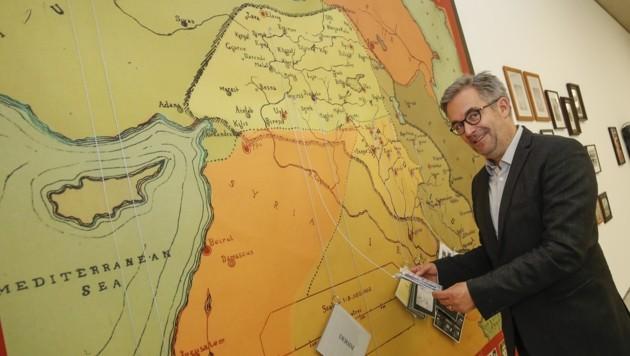 """Museumsdirektor Thorsten Sadowsky mit der Karte des Anstoßes, die """"Kurdistan"""" zeigt. (Bild: Tschepp Markus)"""