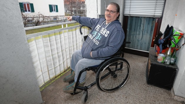 Bernhard Schmelzer (51) ist enttäuscht: Sein Zweit-Rollstuhl wurde vom Balkon gestohlen. Der Alltag ist jetzt noch schwerer zu bewältigen. (Bild: Juergen Radspieler)