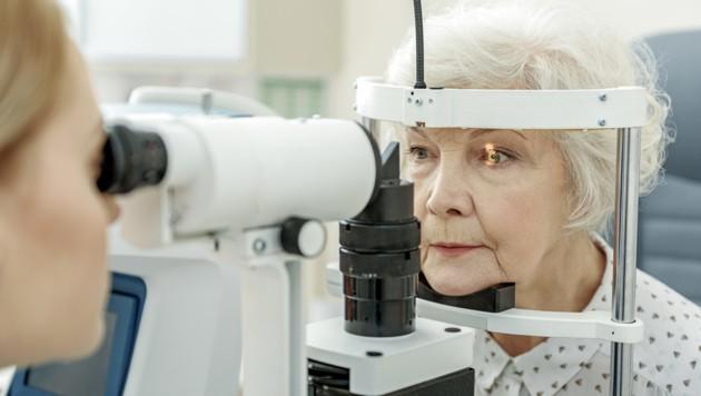 Untersuchungen beim Augenarzt sind vor allem mit fortschreitenden Lebensjahren wichtig. (Bild: YakobchukOlena/stock.adobe.com)