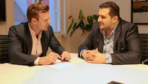 Fußfesselträger Alex mit seinem Anwalt (Bild: Gerhard Bartel)