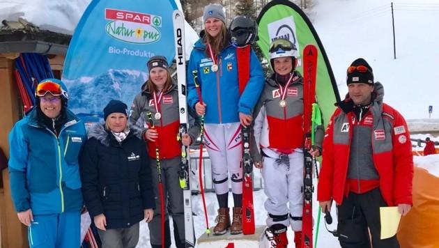 """Auch die ehemalige """"Speedqueen"""" Renate Götschl (2.v.l.) gratulierte Lisa Grill und Siegerin Jessica Gfrerer (Mitte). (Bild: Salzburger Landesskiverband)"""