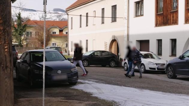 Ohne jeglichen Widerstand ließ sich der Mediziner von der Polizei abführen. (Bild: laumat.at/RTV Regionalfernsehen)