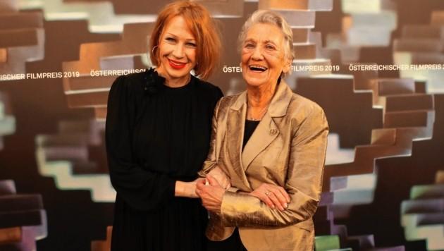 Birgit Minichmayr mit Ingrid Burkhard (Bild: Starpix/ Alexander TUMA)