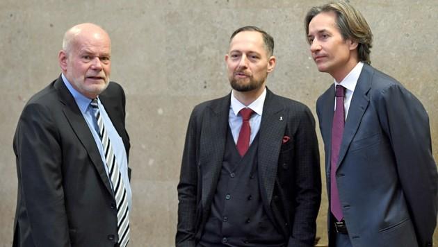 Manfred Ainedter (links) und Norbert Wess (Mitte) werfen der Staatsanwaltschaft bei den Ermittlungen gegen Karl-Heinz Grasser Amtsmissbrauch vor. (Bild: APA/ROLAND SCHLAGER/APA-POOL)