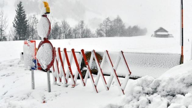 Die Straße nach Hintermuhr musste nach einem Lawinenabgang gesperrt werden (Symbolbild). (Bild: BARBARA GINDL / APA / picturedesk.com)