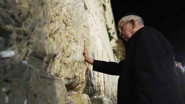 Bundespräsident Alexander Van der Bellen bei der Klagemauer (Bild: APA/ROBERT JAEGER)