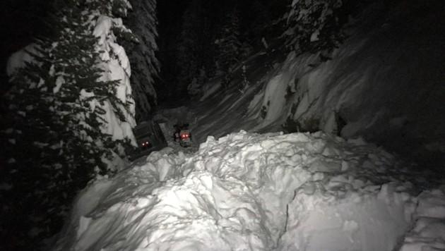 Mit einem Motorschlitten waren die zwei Männer auf einer Forststraße unterwegs. (Bild: LPD Kärnten)
