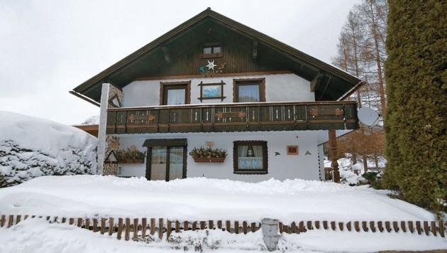 Dieses Haus in Gröbming wurde im Jänner von zwei der Verdächtigen gestürmt, der Besitzer gefesselt und ausgeraubt. (Bild: Elmar Gubisch)