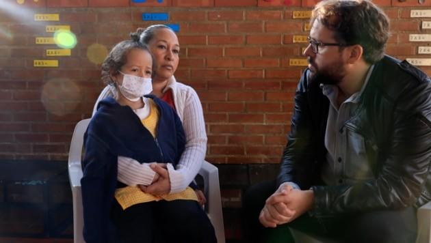 Paul Ronzheimer spricht mit einer verzweifelten Mutter, die fürchten muss, dass ihre Tochter stirbt. (Bild: Giorgos Moutafis)