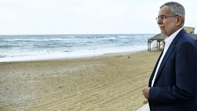 """Nach """"schönen Begegnungen"""" in Israel noch ein letzter Blick aufs Meer: Van der Bellen am Strand von Tel Aviv (Bild: APA/ROBERT JAEGER)"""