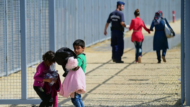 Flüchtlingskinder an der serbisch-ungarischen Grenze im Jahr 2015 (Bild: APA/AFP/ATTILA KISBENEDEK)