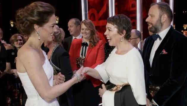 Herzogin Kate im Plausch mit Bafta-Preisträgerin Olivia Coleman (Bild: AP)