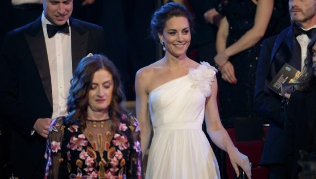 Herzogin Kate zeigte in ihrer weißen Robe von Alexander McQueen viel Haut. (Bild: AP)