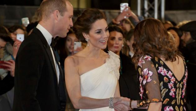 Die Hochsteckfrisur von Kate ließ den Blick auf die Perlenohrringe, die einst Lady Di gehörten, zu. (Bild: AP)