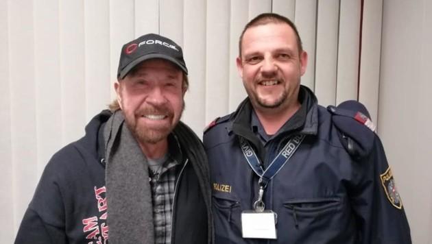 Nach der Landung stellte sich Norris für diesen Schnappschuss mit Polizist Jürgen zur Verfügung. (Bild: Polizei Kärnten)