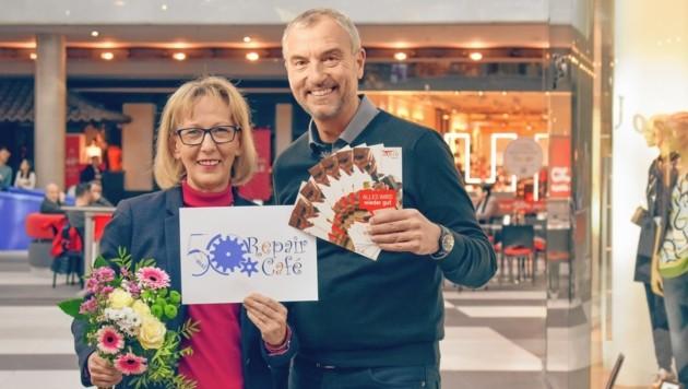 """Renate Schlatter, Obfrau des Vereins """"unruhestandAKTIV"""", mit Atrio-Chef Richard Oswald. (Bild: Atrio Villach)"""
