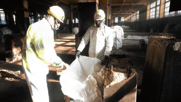 Die mit giftigem Chrom kontaminierten Gebäudeteile werden auf einer Deponie entsorgt. (Bild: Leitner Tom/Kronenzeitung)