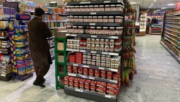 Dies könnte genauso gut eine Aufnahme aus einem österreichischen Supermarkt sein. Es handelt sich aber um ein Geschäft in Masar-e Scharif im Norden des Landes. (Bild: krone.tv)