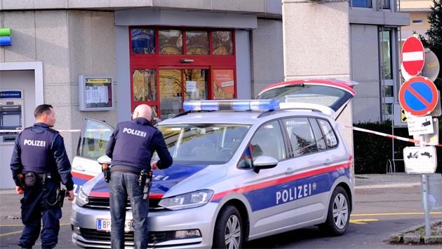 Banküberfall Mit Waffe Täter Flüchtet Zu Fuß Kroneat