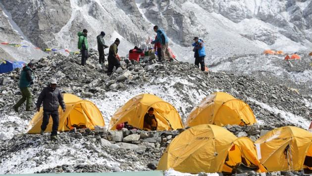 Die Bergsteiger kommen und gehen, der Müll bleibt aber oft. (Bild: APA/AFP/PRAKASH MATHEMA)