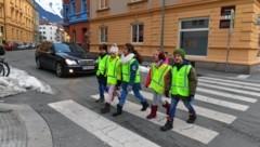 Der Verein Sicheres Tirol stattete 8000 Erstklässler mit Sicherheitswesten aus. (Bild: zeitungsfoto.at)