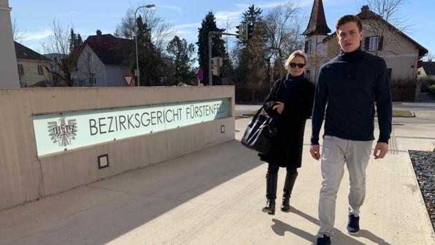 Ulla Deym mit ihrem Mandanten Kevin Strobl, der bei einem Oktoberfest bis zur Bewusstlosigkeit gewürgt wurde. (Bild: Christian Schulter)