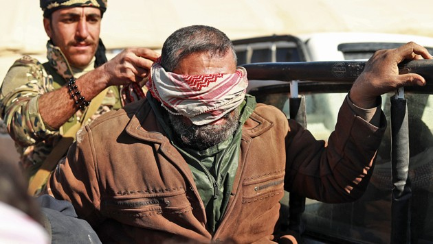 Ein mutmaßlicher IS-Kämpfer, der von kurdischen Truppen in der Nähe der letzten IS-Bastion Baghouz verhaftet wurde