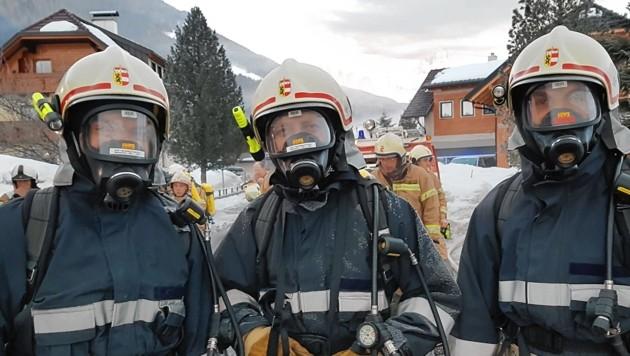 Weißpriach: Drei Feuerwehrmänner mit schwerem Atemschutz. (Bild: ROLAND HOLITZKY)