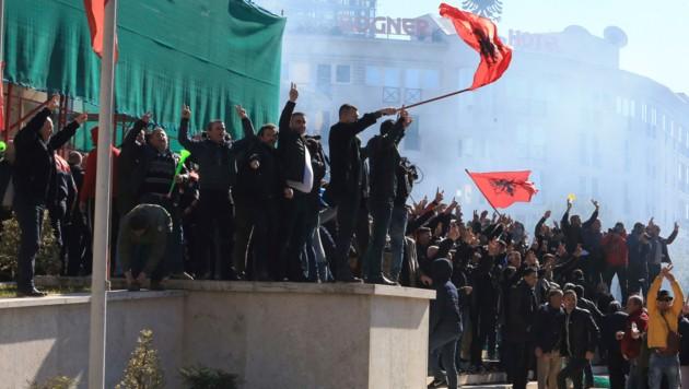 Tausende Unterstützer der Opposition gingen am Samstag in Tirana auf die Straßen. (Bild: AP)