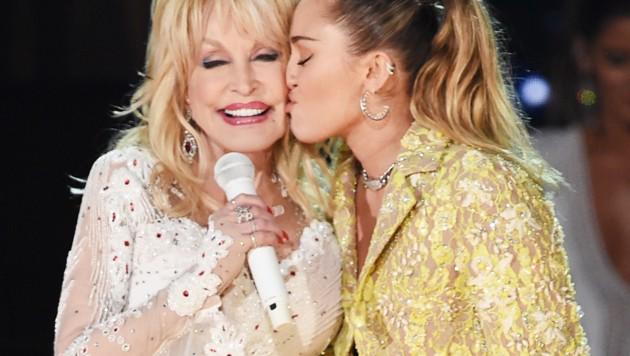 Dolly Parton mit Patentochter Miley Cyrus (Bild: 2019 Getty Images)