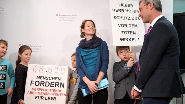 """Schulkinder bei der Übergabe der Petition """"Verpflichtende Abbiegeassistenten für Lkw"""" an Verkehrsminister Norbert Hofer (Bild: APA/ROLAND SCHLAGER)"""