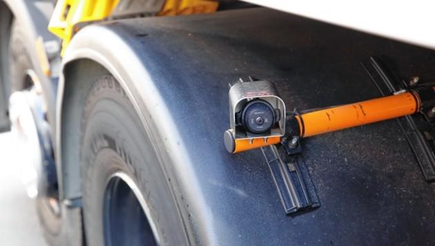 Eine Firma hat die Kamera über Reifen eingebaut. (Bild: Martin A. Jöchl)