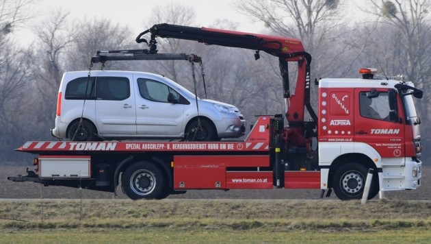 Beide Fahrzeuge mussten nach dem Unfall abgeschleppt werden (Symbolbild). (Bild: P. Huber)