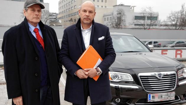 Gerhard Kinsky (links) mit Verfahrensspezialist Johannes Bügler vor seinem Fahrzeug (Bild: Klemens Groh, krone.at-Grafik)