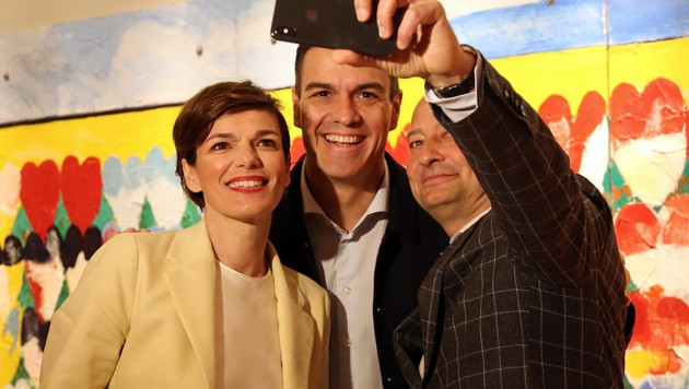 Ein Selfie in Madrid: SPÖ-Chefin Pamela Rendi-Wagner mit Spaniens sozialistischem Ministerpräsidenten Pedro Sanchez und Andreas Schieder, dem SPÖ-Spitzenkandidaten bei der EU-Wahl (Bild: AFP)