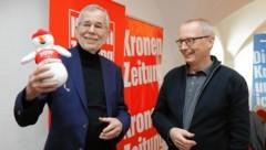 """Das WM-Maskottchen """"Snowy"""" gab es als Geschenk vom Geschäftsführenden Chefredakteur Klaus Herrmann. (Bild: Christof Birbaumer / Kronenzeitung)"""