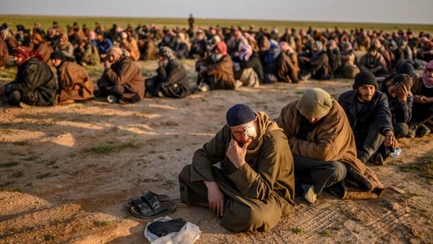 Im syrischen Baghouz festgenommene Kämpfer des IS (Bild: AFP)