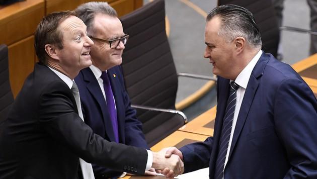 Doskozil-Handshake mit Koalitionspartner und Burgenlands FPÖ-Chef Johann Tschürtz (Bild: APA/ROBERT JAEGER)