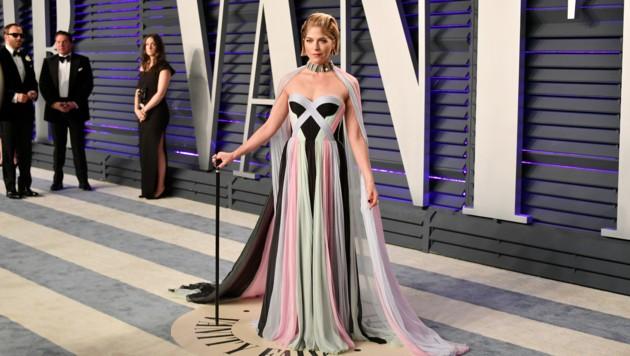 Selma Blair strahlte in einem Kleid von Ralph & Russo, der Gehstock ist notwendig. (Bild: 2019 Getty Images)