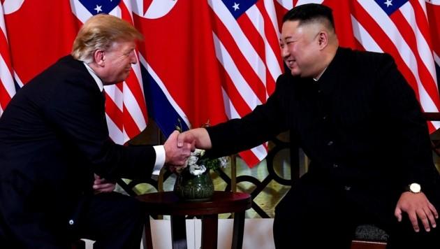 Händeschütteln bei Donald Trump und Kim Jong Un (Bild: AFP)